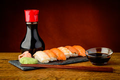 Placa mezclada con el sushi del nigiri Imagen de archivo libre de regalías
