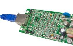 Placa moderna dos circuitos impressos com componentes eletrônicos no branco foto de stock royalty free