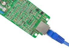 Placa moderna dos circuitos impressos com componentes eletrônicos no branco fotografia de stock
