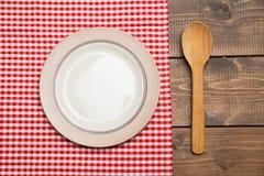 A placa na tabela de madeira com vermelho verificou a toalha de mesa Foto de Stock Royalty Free