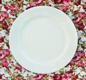 Placa na toalha de mesa clássica Fotos de Stock Royalty Free