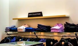 Placa negra en una tienda de ropa con una NUEVA COLECCIÓN de la muestra Foto de archivo libre de regalías