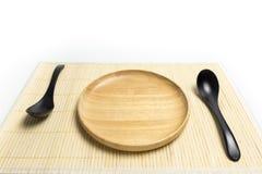 Placa o bandeja de madera con el lugar de la cuchara en un fondo de bambú del blanco de la estera Foto de archivo