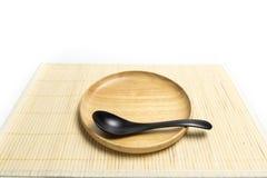 Placa o bandeja de madera con el lugar de la cuchara en un fondo de bambú del blanco de la estera Fotos de archivo