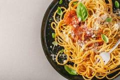Placa oscura con espaguetis italianos en gris Imagen de archivo libre de regalías