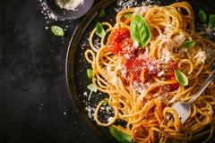 Placa oscura con espaguetis italianos en oscuridad Fotos de archivo libres de regalías