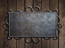 Placa ou sinal velho de metal na porta de madeira do vintage Imagens de Stock Royalty Free