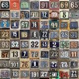 Placa oxidada de números de calle imagen de archivo