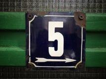 Placa oxidada del metal del cuadrado del grunge del vintage del número de dirección de calle con número Foto de archivo