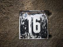 Placa oxidada del metal del cuadrado del grunge del vintage del número de dirección de calle con número Fotos de archivo libres de regalías