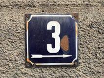 Placa oxidada del metal del cuadrado del grunge del vintage del número de dirección de calle con número Imagen de archivo