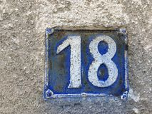 Placa oxidada del metal del cuadrado del grunge del vintage del número de dirección de calle con número Imágenes de archivo libres de regalías