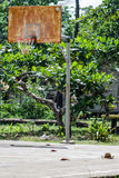 Placa oxidada do basquetebol em um campo vazio do sprot durante a ruptura de verão Fotografia de Stock Royalty Free