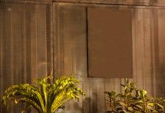 A placa oxidada vazia vazia do sinal do marrom do metal do vintage pronta para que o espaço da cópia escreva a mensagem, pôs a im foto de stock