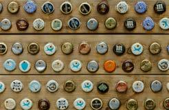 Placa paralela pregada às paredes da vária garrafa de cerveja Imagens de Stock