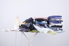 Placa passando com lavanderia Imagem de Stock