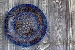 Placa pintado à mão azul da vista superior na superfície de madeira foto de stock royalty free
