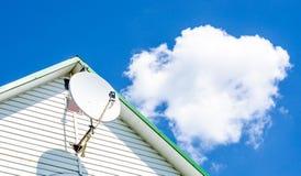 Placa por satélite en la casa Foto de archivo libre de regalías