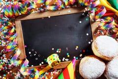 Placa preta com anéis de espuma e suportes do carnaval Imagens de Stock Royalty Free