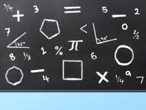 Placa preta com os símbolos e as formas da matemática escritos no giz fotos de stock royalty free
