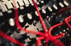 Placa profissional do sintetizador com muitos cabos audio fotografia de stock