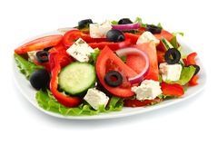 Placa quadrada da salada grega isolada no branco Salada do legume fresco Imagens de Stock