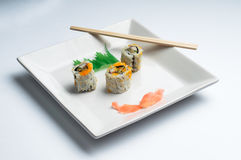 Placa quadrada do sushi isolada no branco Fotos de Stock