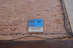 Placa que indica la vieja delimitación del cuarto judío en este caso el carnicero Shop Historia del viaje de la arquitectura Imagen de archivo libre de regalías