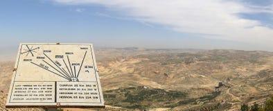 Placa que muestra la distancia del soporte Nebo a las diversas ubicaciones, Jordania, Oriente Medio Imágenes de archivo libres de regalías