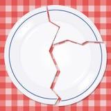 Placa quebrada em uma toalha de mesa do piquenique Imagens de Stock Royalty Free