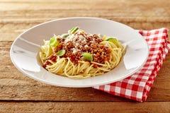 Placa rústica dos espaguetes saborosos Bolognaise Fotos de Stock Royalty Free