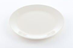 Placa redonda blanca en el fondo blanco Fotos de archivo libres de regalías