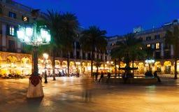 Placa Reial με την πηγή και εστιατόρια το βράδυ Βαρκελώνη Στοκ εικόνες με δικαίωμα ελεύθερης χρήσης
