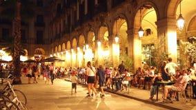 Placa Reial mit Restaurants am Abend Barcelona stock video