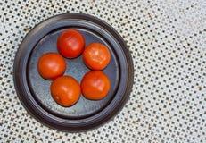 Placa roja fresca de los tomates Fotografía de archivo