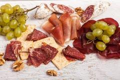 Placa sana de la forma de vida de la carne con las uvas Foto de archivo libre de regalías