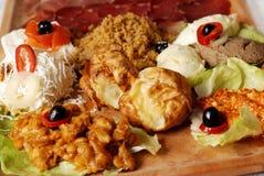 Placa servia tradicional de la comida con el diferente tipo de comidas aperitivo imagen de archivo libre de regalías
