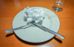 Placa suja com forquilha, faca e o guardanapo usado sobre Fotografia de Stock