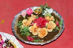 Placa tradicional con la quinina adornada con las flores en un fondo rojo - la boda o el compromiso musulmán fotos de archivo
