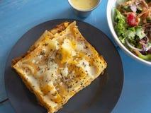 Placa tradicional da massa das lasanhas com queijo de Basil Tomato Sauce Cream White e carne picada e salada foto de stock royalty free