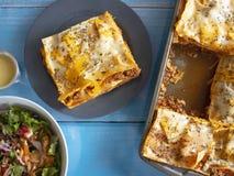 Placa tradicional da massa das lasanhas com queijo de Basil Tomato Sauce Cream White e carne picada e salada imagem de stock