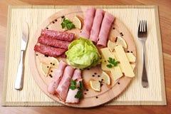 Placa tradicional del jamón y del salami Imagen de archivo