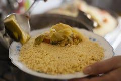 Placa tradicional marroquina do cuscuz que torna côncava acima fotografia de stock