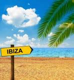 Placa tropical da praia e de sentido que diz IBIZA foto de stock