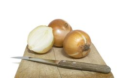Placa Unpeeled de Sit On An Isolated Chopping das cebolas foto de stock