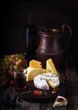 Placa, uva e vinho de queijo Ainda vida no estilo rústico Fotografia de Stock Royalty Free