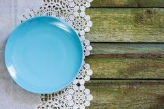 Placa vacía azul en una tabla vieja Visión desde arriba Fotos de archivo