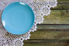 Placa vacía azul en una tabla vieja Visión desde arriba diagonal Fotos de archivo libres de regalías