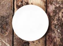 Placa vacía blanca con el espacio de la copia para el texto en viejo vintage de madera Imagen de archivo