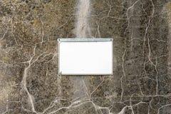 Placa vacía, limpia atada al muro de cemento viejo, en blanco para los diseñadores foto de archivo libre de regalías